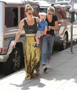 http://img40.imagevenue.com/loc388/th_516055128_Hilary_Duff_out_in_Hollywood4_122_388lo.jpg