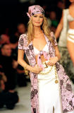 Claudia Schiffer on the runway Part 2 X 68 Foto 506 (������� ������ �� �������-���������� ������ ����� 2 X 68 ���� 506)